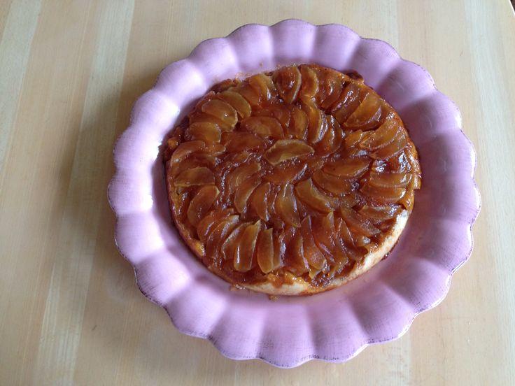 Tarte Tatin - ikke så svært som det lød  en mørdej, sukker og smør smeltet på panden, æbleskiver lagt i karamellen på panden, mørdejen rullet ud og lagt ovenpå æblerne, i ovnen med panden og indhold, bage ved ca 200 gr til dejen var lysebrun, køles lidt af ( 5-10min ), vendes ud på fad i en hurtig bevægelse, serveres med cremefraiche, skyr eller andet rørt med vanille-sukker. God appetit