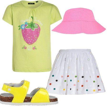 Ampia gonna con elastico in vita fantasia a pois colorati abbinata a tshirt in cotone maniche corte con stampa. Comodi sandali con fibbia e cappellino modello pescatore.