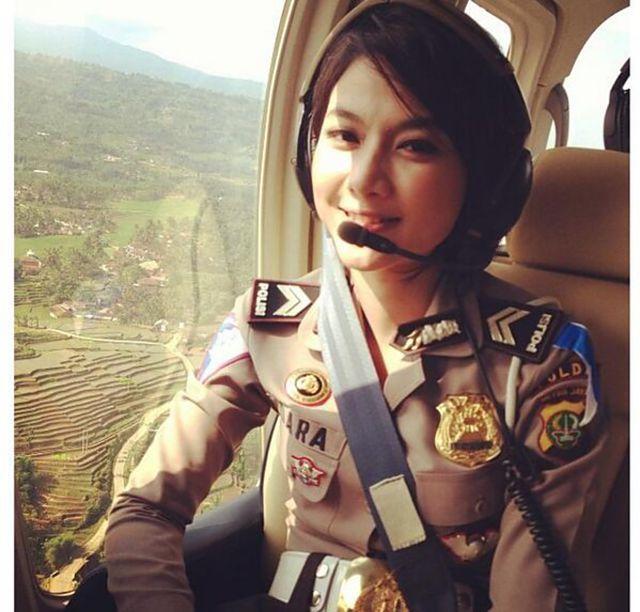 #DaraIntan :D Fenomena polisi wanita (Polwan) cantik belakangan ini tengah populer di kalangan masyarakat Indonesia. Bagaimana tidak, lihat saja foto-foto para bidadari manis dibalik seragam penegak hukum berikut.