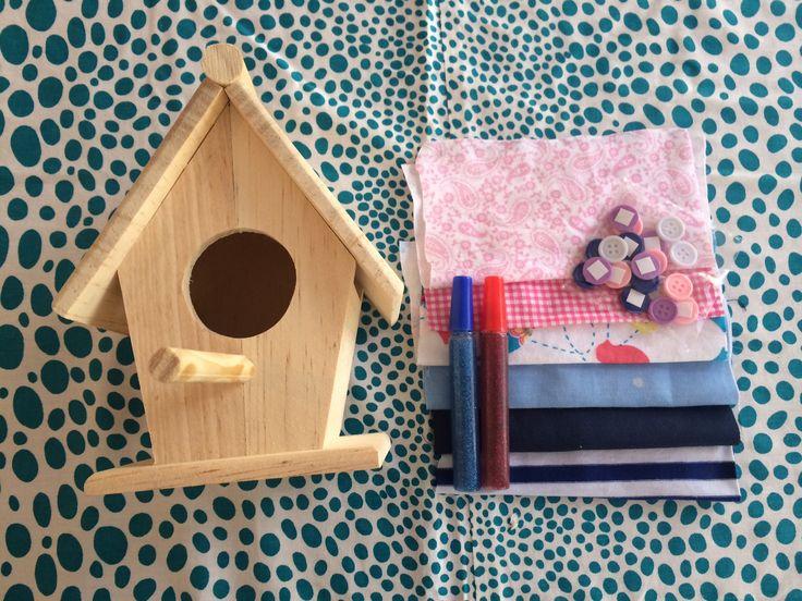 Pipoka Play Kit Decora tu Pajarera. Kit de casita de pajaro en madera con telas, escarcha y pegante. Jueguetes, sorpresas y regalos creativos y didacticos