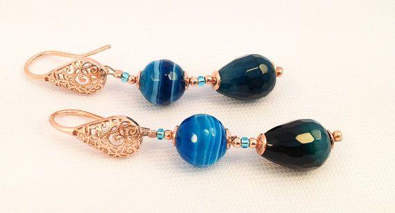 Luminosi e colorati orecchini pendenti in agata blu e vetro di Murano montati in argento 925 placcato oro rosa con un elegante gancio