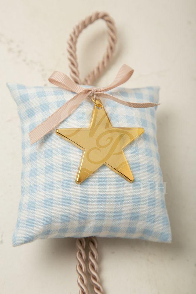 Μπομπονιέρα βάπτισης για αγόρι υφασμάτινο μαξιλάρι καρό και πουά με χρυσό  αστέρι 1b081c42ecb