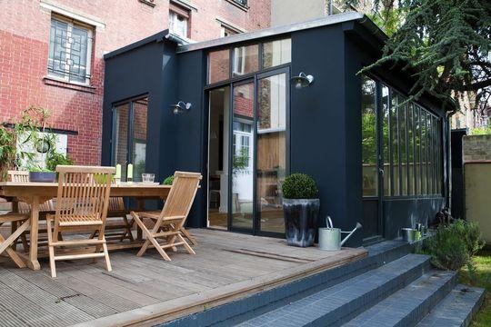 Une véranda au pied d'un immeuble - 10 vérandas et verrières qui ont de l'idée - CôtéMaison.fr