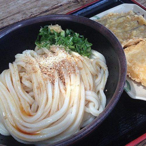 冷うどん3玉、さつまいもとごぼうの天ぷら 味の素はmust!