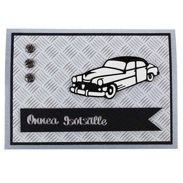 Ääriviivatarrojen, kuviopapereiden ja koristeniittien avulla valmistettu autoaiheinen kortti.