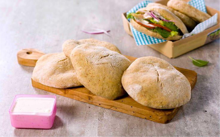Ved å bake pitabrødene selv, kan du lage en grov variant som egner seg godt i matpakka. De kan også fryses, så doble gjerne oppskriften når du er i gang.