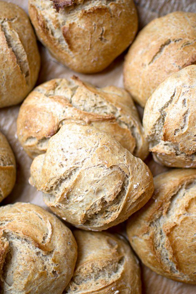 Finns det ett bättre sätt att börja helgen än med en lyxig frukost? På begäran från mina följare på Instagram kommer här ett recept på kalljäst bröd som du jäser i kylen över natten. Släng ihop på 5 m