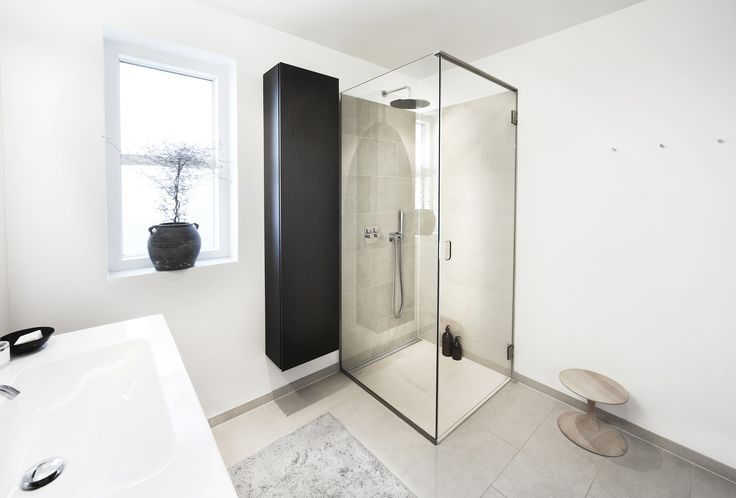 Full Unidrain GlassLine solution with GlassLine shower door and GlassLine shower screen. Top rail in steel by Unidrain. Unidrain HighLine Panel (floor drain)