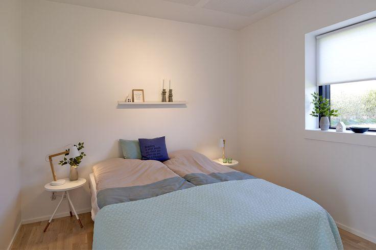 Forældre soveværelse indrettet i moderne stil.
