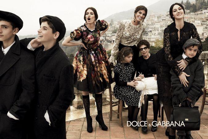 Egy mozgalmas őszi kép és véleményem szerint, az eddigi legizgalmasabb és leginkább szemet gyönyörködtetőbb (mind az anyagokat, mind a ruhák mintázatát tekintve) kollekció a Dolce and Gabbana-tól, melyet a kifinomult ízlés jellemez.