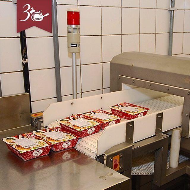 Olha só como tudo funciona aqui na Congelados da Sônia! Parte XVII  Após o supercongelamento, todas as refeições são direcionadas para o detector de metais. Esse procedimento faz parte de nosso plano de prevenção chamado Análise de Perigos em Pontos Críticos de Controle (APPCC), muito utilizado em grandes indústrias e pré-requisito para exportação em muitos países.  Quem quiser pedir: Pelo site: www.congeladosdasonia.com.br Pelo telefone: RJ (21) 3461-9779 / SP (11) 4007-2196 de 2ª a 6ª…