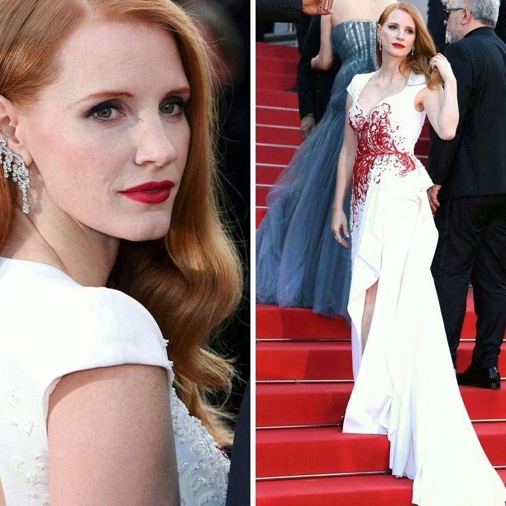 A Jessica Chastain também foi um dos grandes destaques das produções finais de Cannes. Usando um belíssimo vestido branco, com detalhes em vermelho, by #zuhairmurad. Arrasou!🌟 #glamourous #jessicachastain #fashionstyle #inspiration #cannesfilmfestival2017