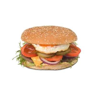 Russian burger €4,50  rundvlees hamburger, op een sesambroodje met gebakken ei, cheddarkaas, saus, sla, augurk, tomaat en ui