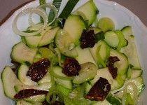 Cuketový salát se sušenými rajčaty