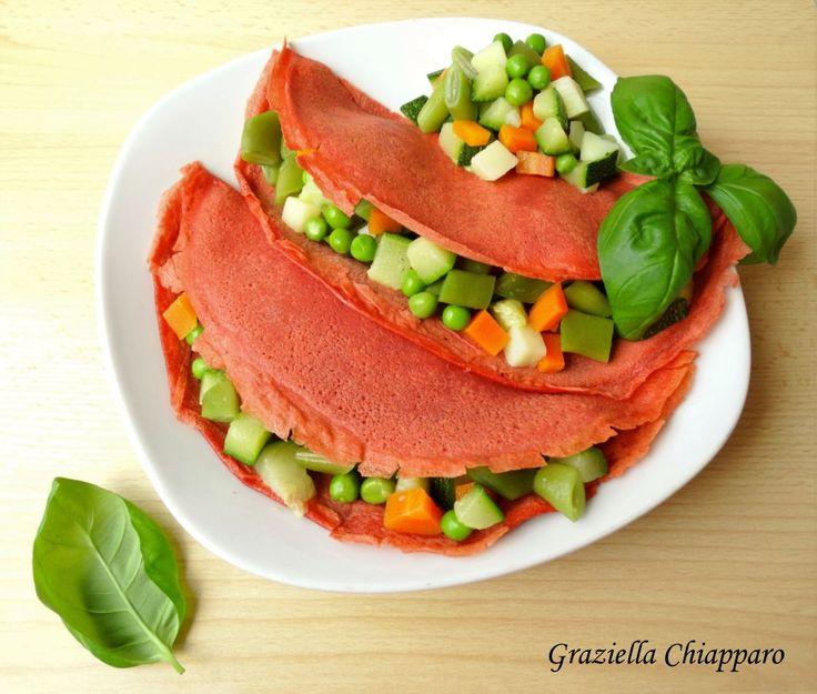 Crepes colorate alle verdure: delle coloratissime crepes alla barbabietola farcite con verdure cotte al vapore per un tripudio di colori in tavola :)