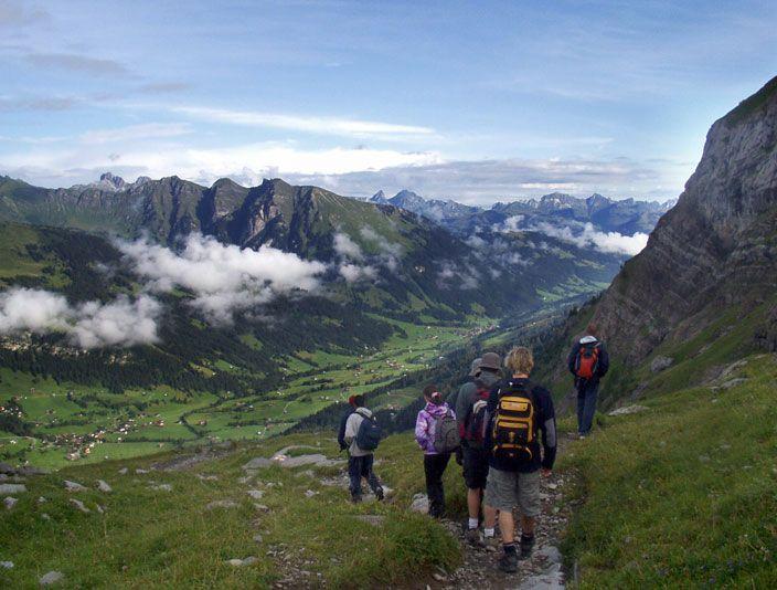 """Tabara de engleza / franceza, ARTA, SPORT & LEADERSHIP  Leysin, localitate care dateaza inca din vremea romanilor, este situata pe un platou la 1400 m deasupra vaii Ronului si a lacului Geneva. Renumita statiune alpina din zona franceza a Elvetiei, denumita si """"Suisse Romande"""", Leysin este cunoscuta pentru clima revigoranta si placuta, facilitati sportive deosebite, comunitatea academica internationala si evenimentele culturale ce se desfasoara pe toata durata anului. Este locatia ideala…"""