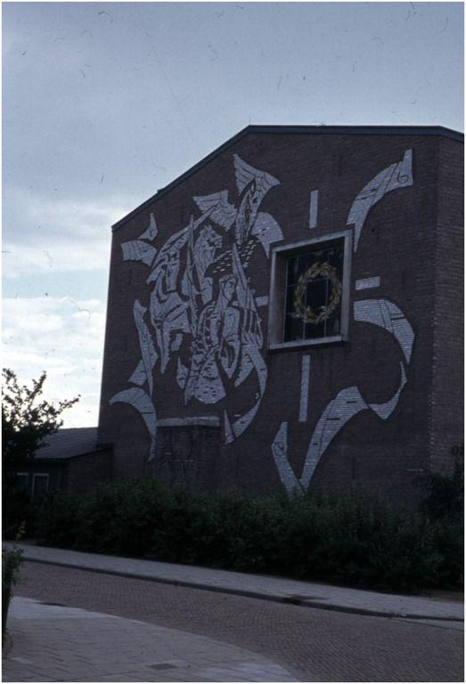 Reliëftableau 'De Opstanding' door Joop Sjollema, Opstandingskerk, Alpenroosplein, zijde Stokroosstraat - RHCe : Hagens, G.L. (fotograaf) - 1964 - 1988