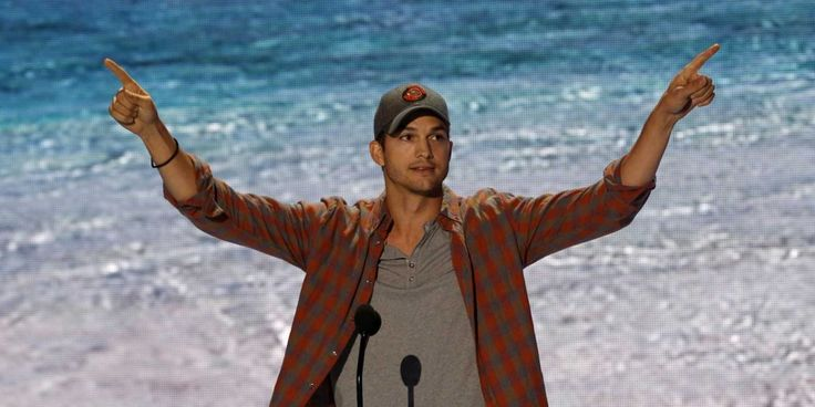 Ashton Kutcher gave teens some thoughtful advice at last night at Fox's Teen Choice Awards.