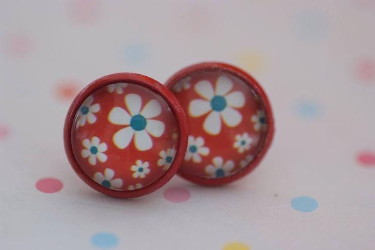 #117 Oorstekers rood met retro bloemen wit/blauw en rode achtergrond! €6,00