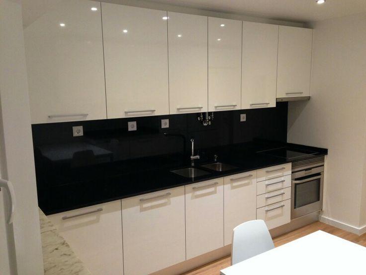 Cozinha branco brilho com forra em granito preto absoluto