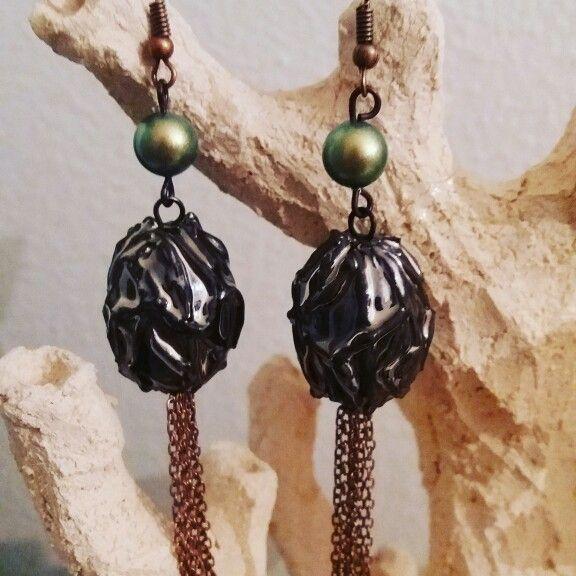 Orecchini con pendente in ceramica modellato e dipinto a mano con smalto metallico e perla Swarovski