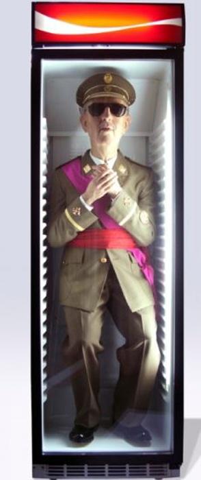 Obra de arte presentada en ARCO: Dictador en una máquina de refrescos.  Cuando despertó, abrió la nevera y el monstruo seguía allí.