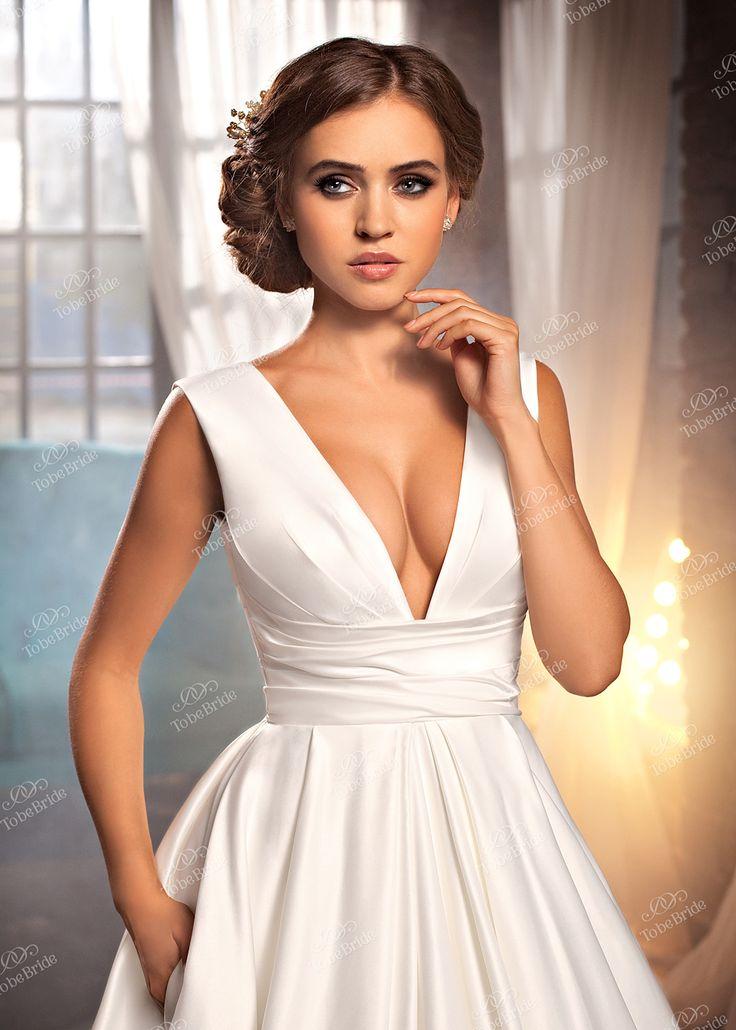 Платье-Голливуд – удивляет и восхищает. В нем сочетаются все последние тенденции свадебной моды. Выполнено из сатина, с V-образным вырезом, максимально открывающим декольте и спинку. А-силуэт юбки заложен большим количеством строгих складок. Небольшой шлейф придает образу изящества. И сюрприз для невест – карманы в боковых швах юбки. Можно положить блеск для губ и зеркальце – удобно! В этом платье вы современны, смелы и уверены в себе. Модель подходит для миниатюрных и пышных невест.