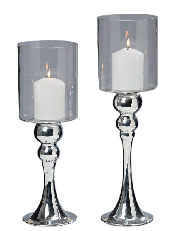Vrei ca lumânările tale să strălucească la propriu? Foloseşte paharele pentru lumânări din gama Glamour. Produsele se comercializează la set, setul conţinând două pahare din sticlă, cu piciorul vopsit argintiu şi având dimensiunea de 35 respectiv 40 cm. Cu siguranţă aceste obiecte decorative vor atrage toate privirile acolo unde îşi vor face simţită prezenţa.