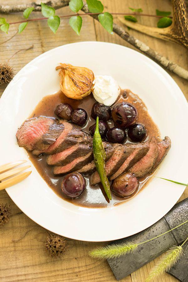 エコロジー雑誌 ソトコト11月号でも紹介されたレシピの公開です! 鹿肉の中でも人気の高いヒレ肉をしっとりジューシーなステーキに。 秋の味覚ぶどうソースとサワークリームでヘルシーなのに見た目も味も贅沢な味わいになりました。