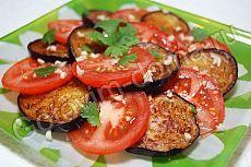 Рецепт: Закуска из баклажанов с помидорами и чесноком  баклажаны - 2 шт, помидоры - 4-5 шт, чеснок - 2-3 зубчика, зелень кинзы или петрушки, растительное масло для жарки, соль, перец