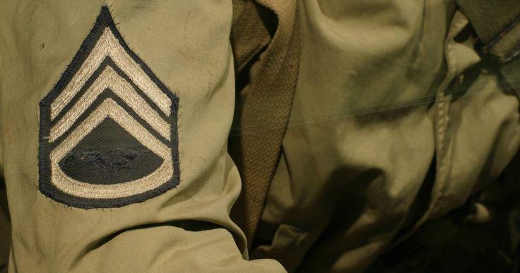 """Cómo identificar un rango militar a través de símbolos. Las insignias militares para los rangos de encuadrado son por lo general difíciles de leer debido a su diseño único y el número de barras que cada rama militar utiliza. Para poder identificarlas, debes comprender primero que la jerarquía militar se divide en escalafones salariales: La escala inicia en E-1 que representa """"Encuadrado nivel 1"""" y ..."""