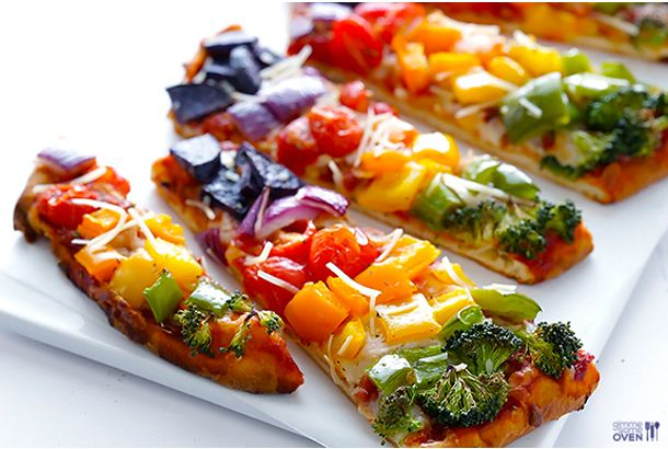 今の季節のおもてなしにぴったりの、カラフルな野菜ピザのアイデアをご紹介します。もちろん、着色料なんて必要ないですよ。30分程度で準備ができます。 『レインボー・ベジタブル・ピザ』 【材料】 ・ナン(2枚)、もしくはピザ生地(1枚) ・トマトベースのピザソース(1/2カップ)※市販の物でも手作りでも。 ・ピザ用チーズ(1...