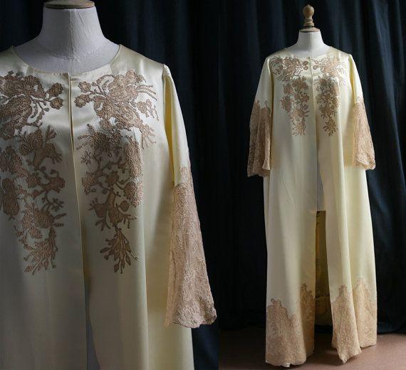 Robe de chambre satin ivoire dentelles beiges par SergineBroallier