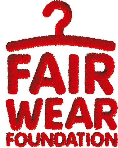 Al comprar nuestras camisetas también colaboras con la Fundancion Fair Wear. Fundación Fair Wear (FMF) es una organización independiente, sin fines de lucro que trabaja con empresas y fábricas para mejorar las condiciones laborales de los trabajadores de la confección.  80 empresas miembros de FWF representan más de 120 marcas, y se basan en siete países europeos; productos miembros se venden en más de 20.000 puntos de venta en más de 80 países de todo el mundo.