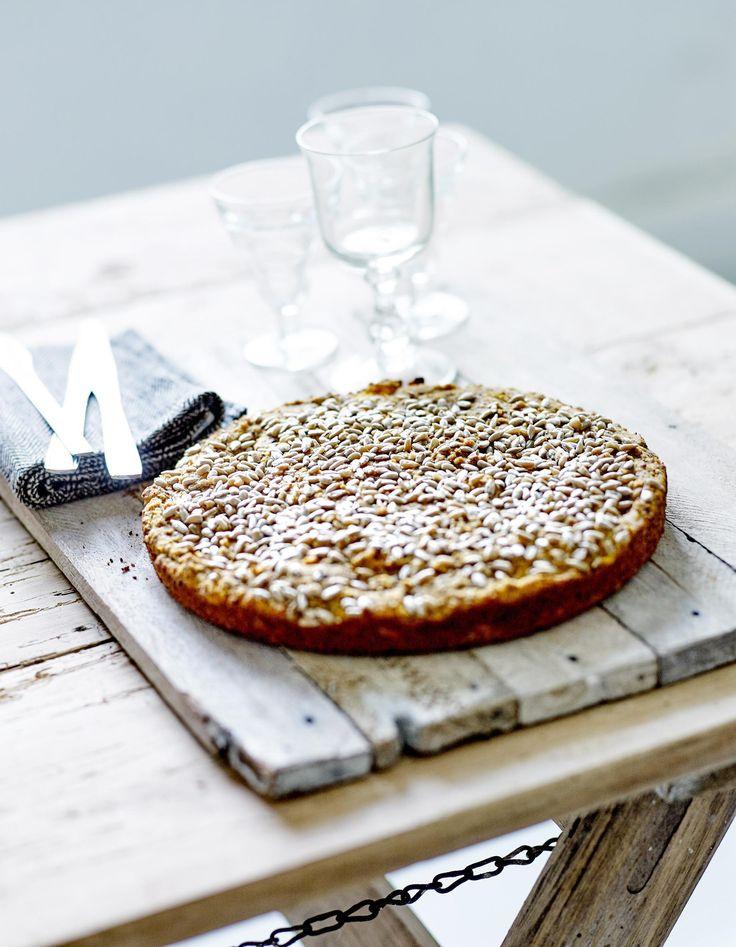 Recette Bread cake aux noisettes, potiron et tournesol : Préchauffez le four sur th. 5-6/165°. Coupez la chair de potiron en petits dés et faites-les cuire 1...