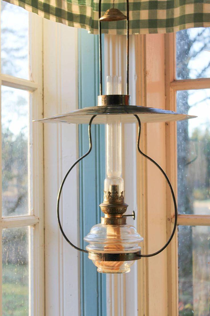 Fotogenlampa och pärlspont på verandan. Foto: Erika Åberg #byggnadsvård #gamla #hus #veranda #fönster #pärlspont #loppisfynd