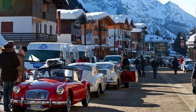 Veteranbilar på gatorna i Madonna. Skiing Snow winter STS Alpresor puder skidresa Alperna