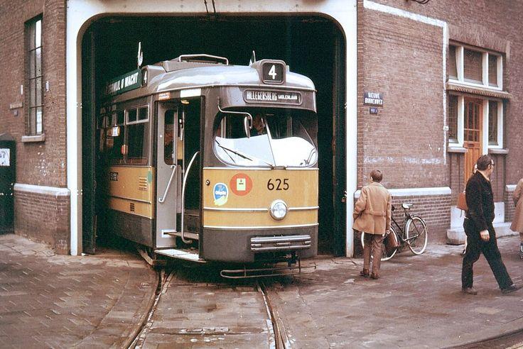 Lijn 4 in de remise Delfshaven aan de Nieuwe Binnenweg in 1970.