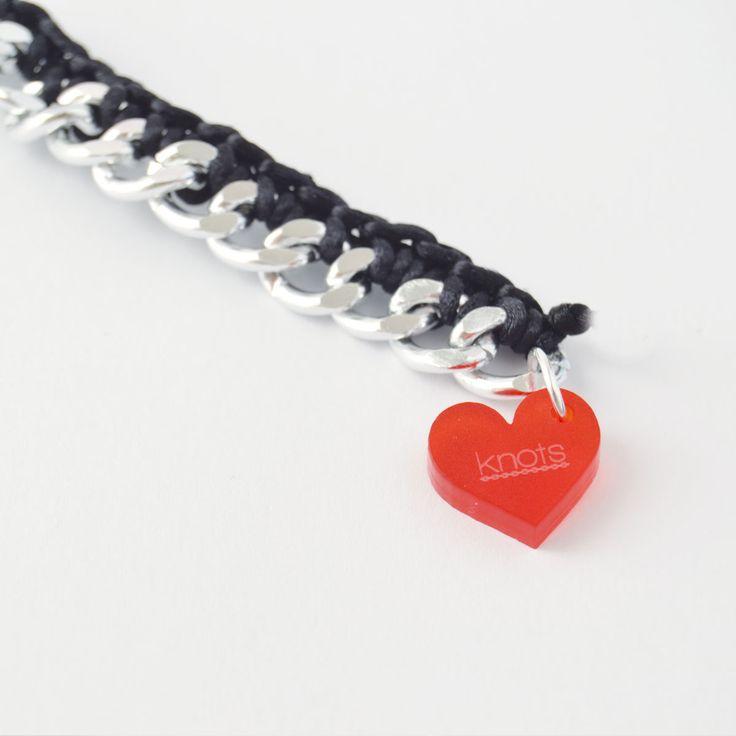 La pulsera Heart es todo corazón. Tiene como pieza principal un charm By Knots único, un corazón de color rojo fabricado en acrílico enganchado a una pulsera de cadena plateada de aluminio e hilo de ganchillo de color. Ideal para regalar a quien más quieres. http://knotsmadewithlove.com/producto/pulsera-heart/