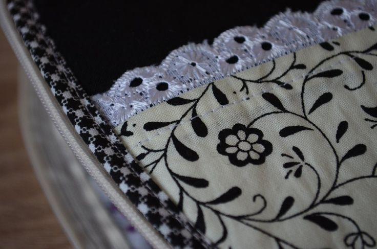 černobílá+elegance+kosmetická+tatička+v+černoblé+variaci,+doplněná+madeirovou+krajkou+ušitá+z+bavlnených+látek,+vyztužená,+pratelná+výška+v+nejvyšším+bodě14cm,+šířka+21cm+u+zipu,+u+dna+16cm
