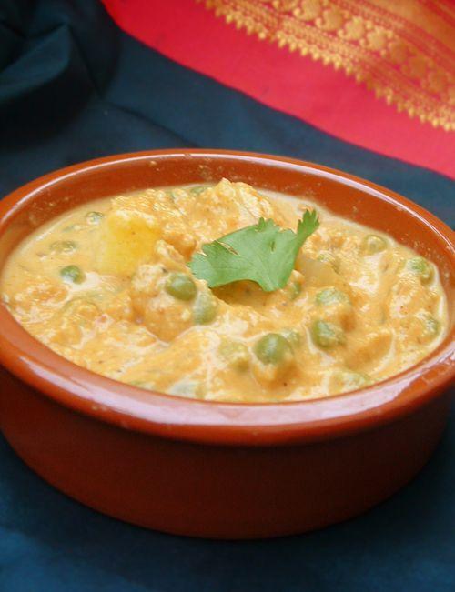 Bonjour et bienvenue dans ma cuisine. Aujourd'hui on va faire « Matar paneer ». Matar ce sont des petits pois et Paneer c'est un fromage indien. C'est l'une de mes recettes préférées. C'est une recette pour les grandes occasions. Pour faire cette recette...