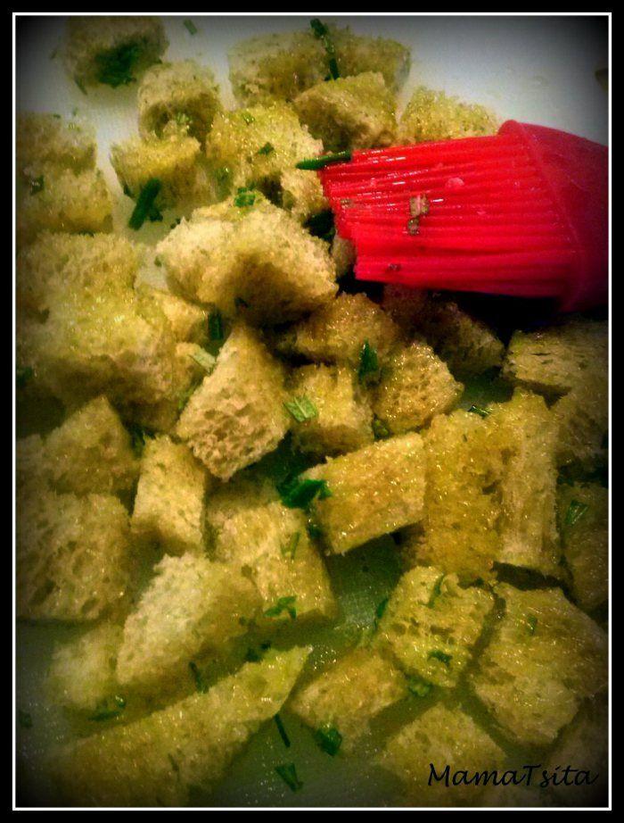 Κρουτόνς! Croutons!  Φτιάξτε εύκολα τα δικά σας μυρωδάτα κρουτόνς και χρησιμοποιήστε τα στις σούπες  στις σαλάτες σας. 1. Κόψτε σε κυβάκια το ψωμί που σας έχει περισσέψει 2 Αλείψτε τα κυβάκια με ελαιόλαδο και μυρωδικά (δενδρολίβανο, θυμάρι, ρίγανη) 3. Ψήστε τα είτε στο φούρνο σε λαδόκολλα ή σε αντικολλητικό σκεύος. Τόσο απλά!!!