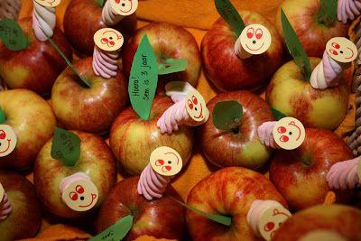 Traktatie met appel: rupsje nooitgenoeg  My scrapgarden: Een rups in mijn appel, oooooh....!