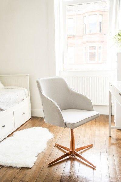 Nicola koos voor de Keira bureaustoel met koperen poot in haar minimalistische interieur. Een mooi accent. | made.com/nl
