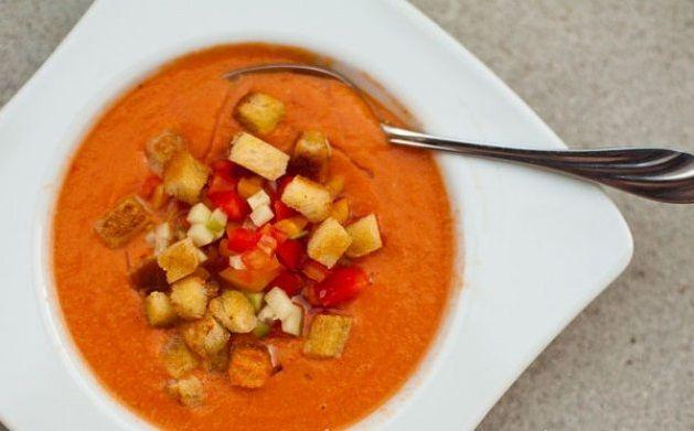 Domatesli Soğuk Çorba Tarifi  Çorbayı seviyorsunuz ama yaz mevsiminde sıcak günlerinde çorbanın eşsiz lezzetine veda etmek zorunda mı kalıyorsunuz? Eğer öyleyse bu tarif tamsize göre bir çorba tarifi.