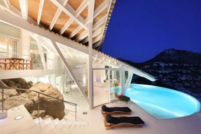 moderne-architektur-haus-am-hand-asymmetrische-dachkonstruktion-pool-am-Rand
