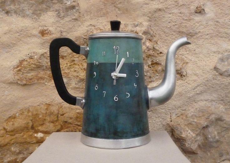 Horloge vintage industriel cafetière ancienne en aluminium relookée peinte à la main bleu gris : Décorations murales par atelier-fl