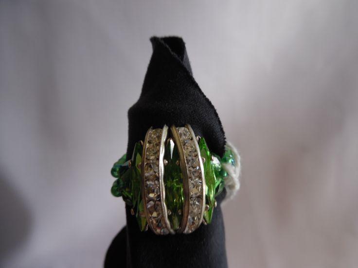 Bague éclat de Swarovski, vert péridot navettes et demie lune à strass. Tissée à la main. : Bague par crea-039-martine