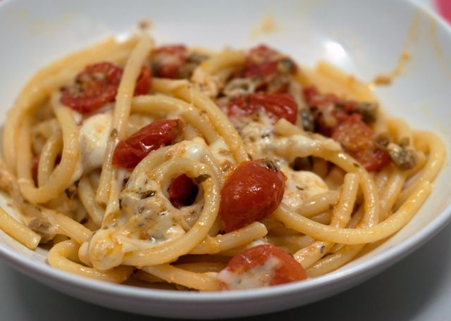 Appunti di cucina di Rimmel: Bucatini con stracciata di bufala e pomodorini gra...