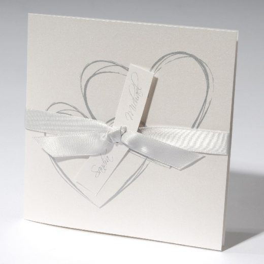 Trouwkaart Moderne vierkante trouwkaart van parelmoer karton met twee grijze harten en grijs lint.